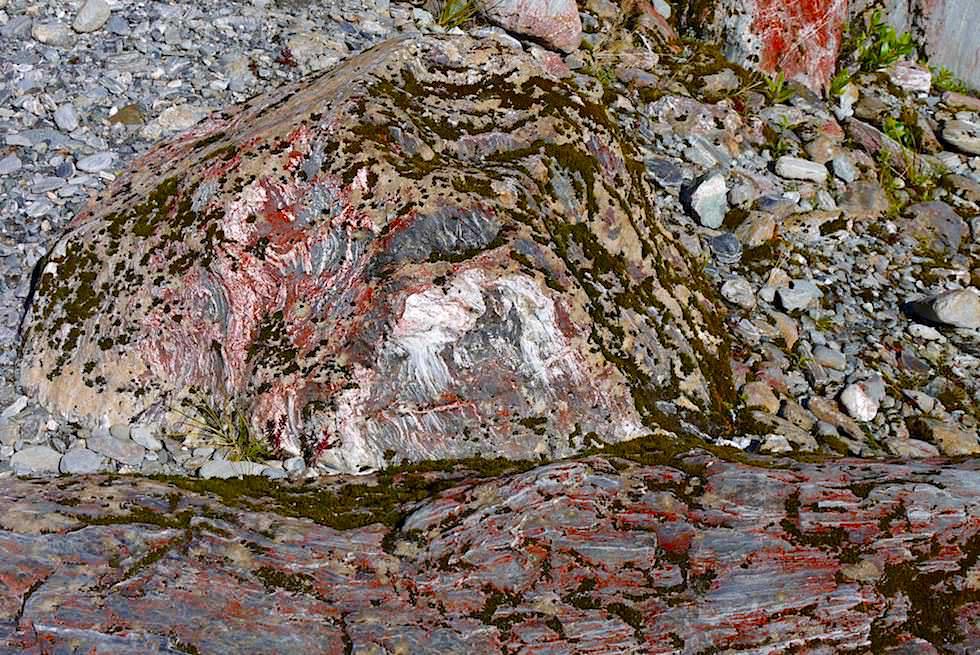 Wenn Natur malt: faszinierend bunte Steine auf dem Weg bei der Franz Josef Gletschertal Wanderung - Südinsel Neuseeland