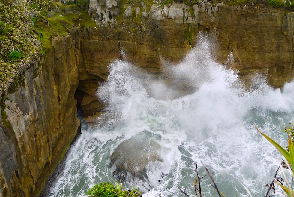 Pancake Rocks bei Punakaiki - brodelndes Meer-Wasserbecken - Westküste - Südinsel Neuseeland