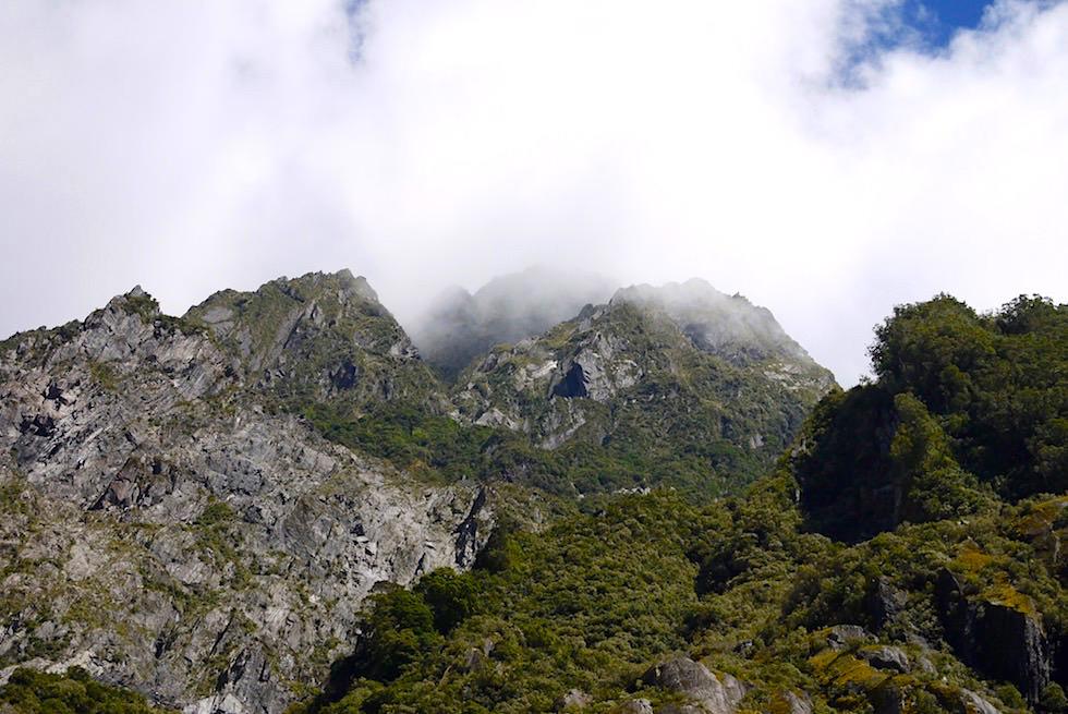 Wolken hängen an Bergspitzen - Franz Josef Gletscher - Südinsel Neuseeland
