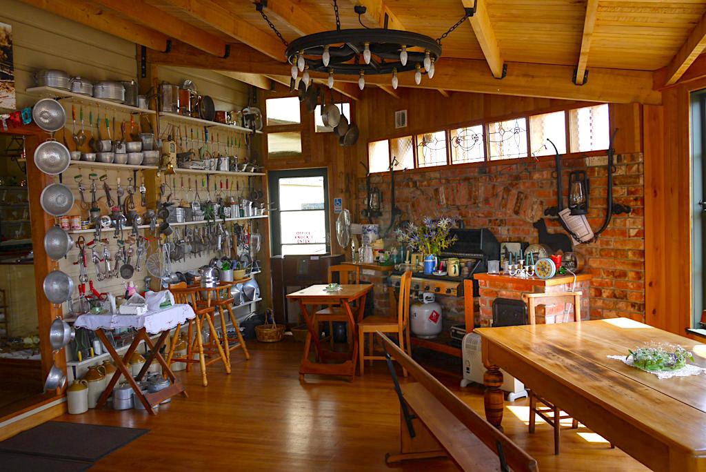 Cafe Yesteryears Museum in Tuatapere - Kaffeetrinken, Schmunzeln & Staunen in einem der liebevollsten Cafes in Neuseeland - Südinsel, Neuseeland