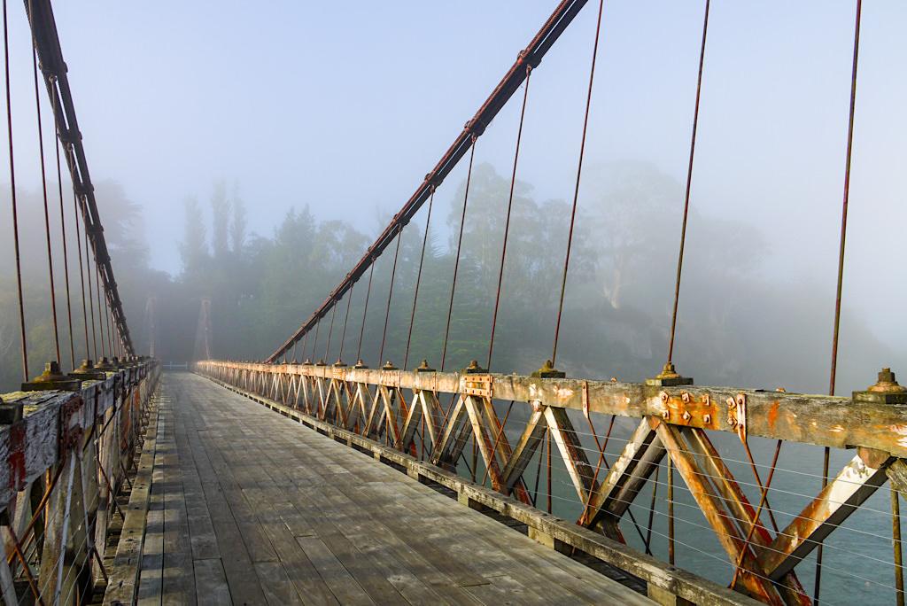 Clifden Suspension Bridge - Sonnenaufgang, Morgenstimmung & Bodennebel: perfekter Fotospot - Südinsel, Neuseeland