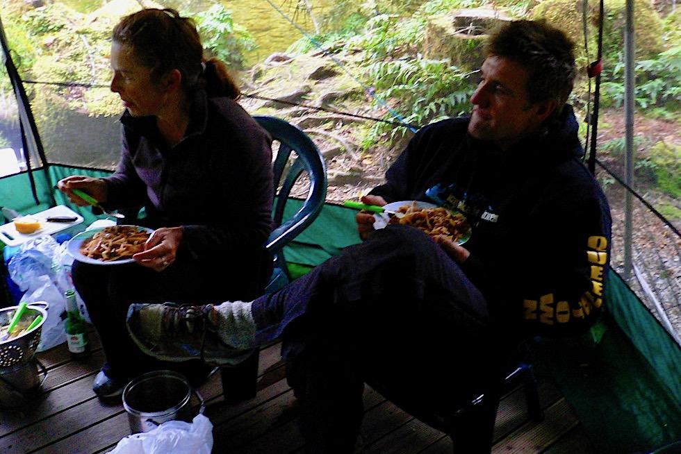 Doubtful Sound - Abendessen im Gemeinschaftszelt notwendig, weil draußen Millionen von Sand Flies lauern - Südinsel Neuseeland