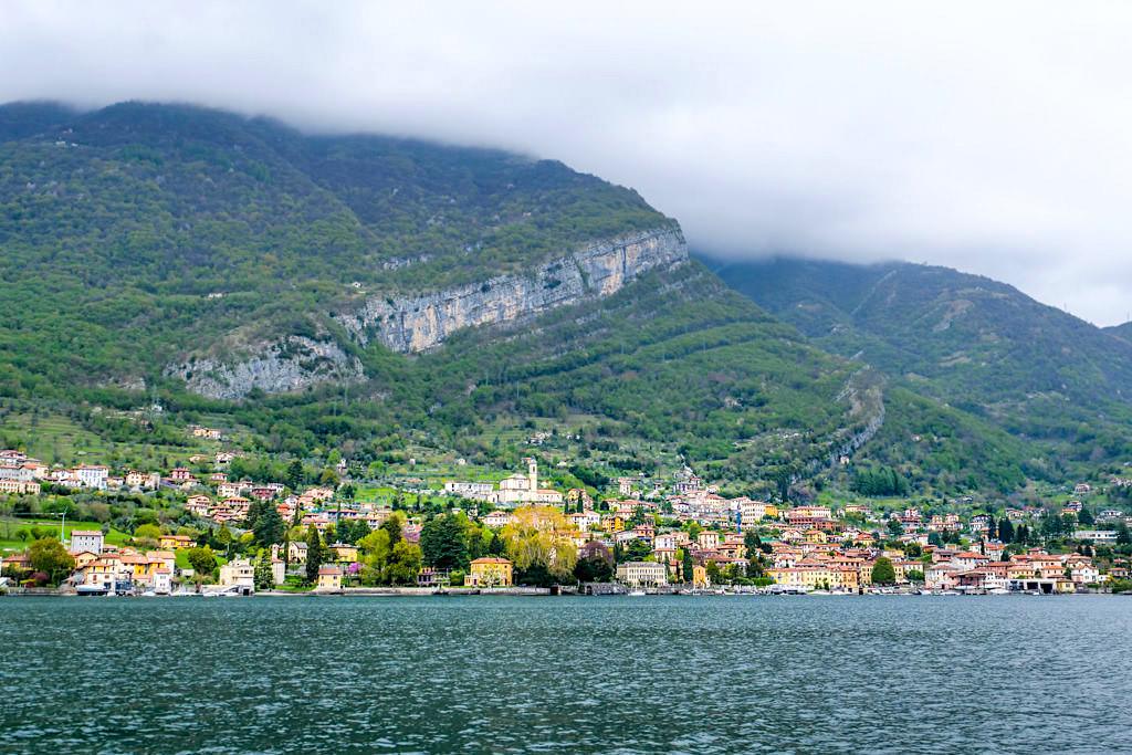 Azzano di Mezzegra mit grandioser Bergkulisse - Die schönsten Orte entlang dem Comer See Ufer - Italien