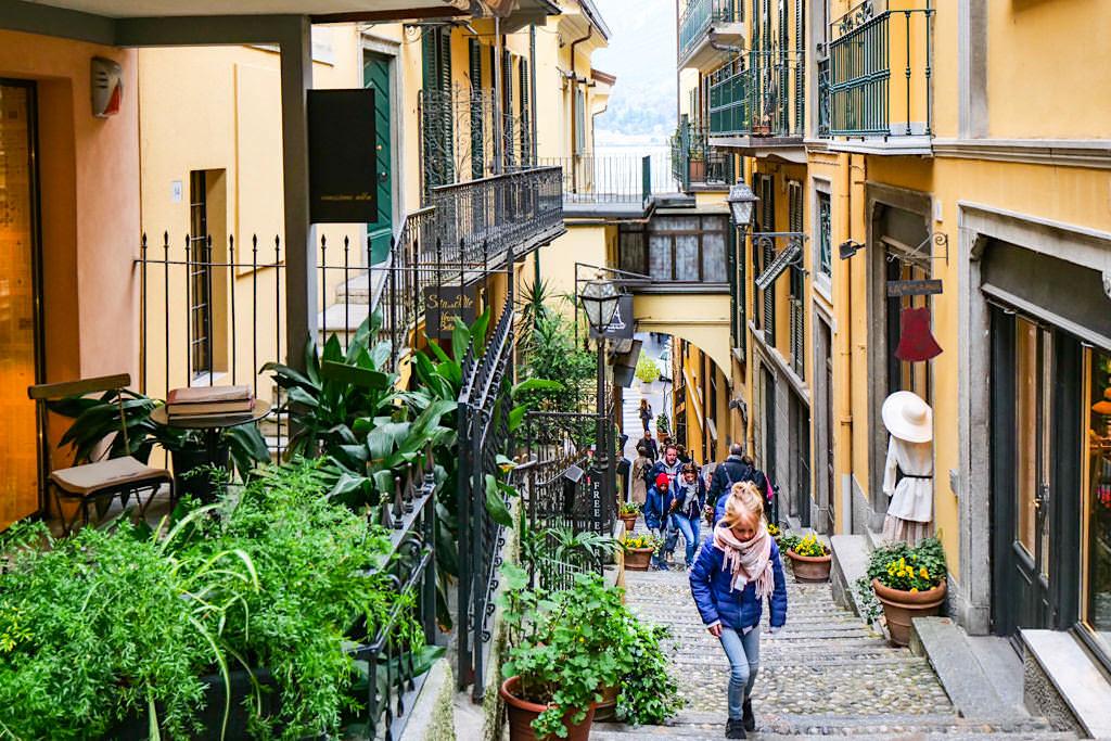 Bellagio - Enge Gassen durchziehen die Altstadt und winden sich den Berg hinauf - Comer See - Lombardei, Italien