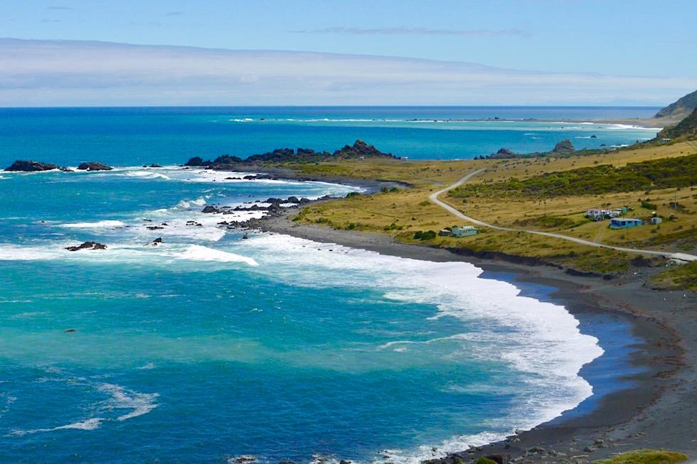 Cape Palliser Lighthouse - Ausblick auf die zerklüftete Küste Richtung Westen - südlichster Punkt der Nordinsel von Neuseeland