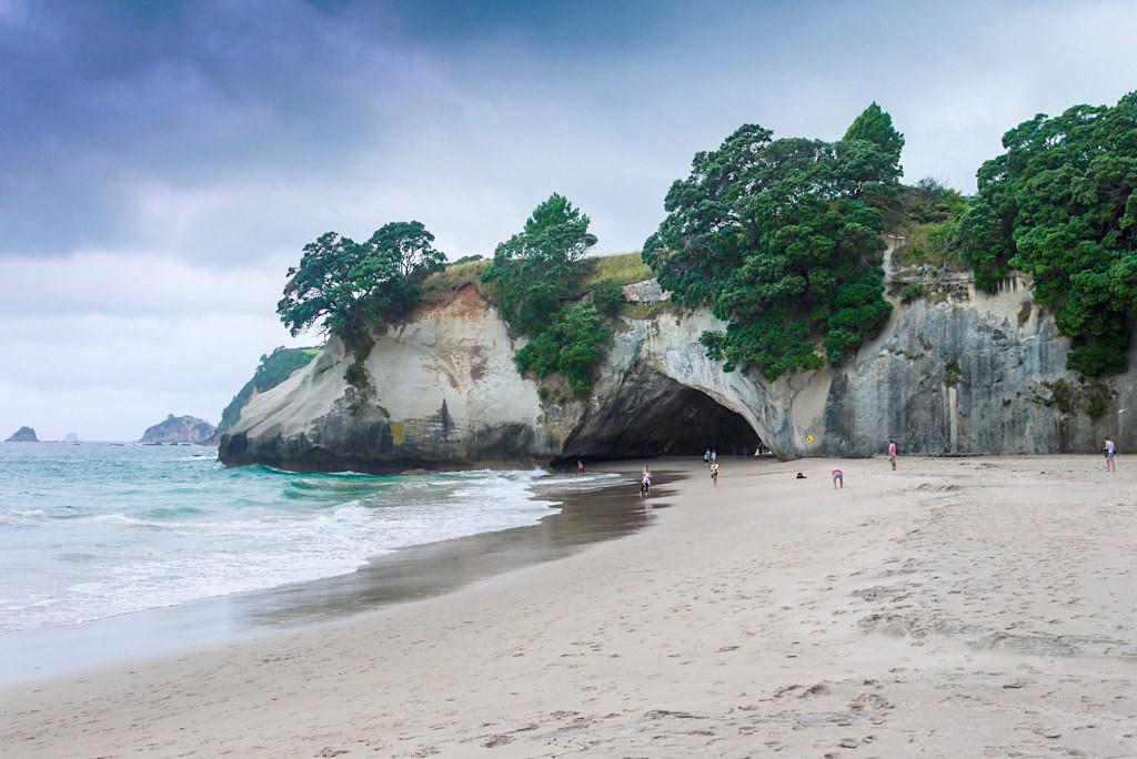 Cathedral Cove - Sandstrand, Bucht, skurrile Felsformationen & ein bekanntes Coromandel Highlight - Nordinsel, Neuseeland