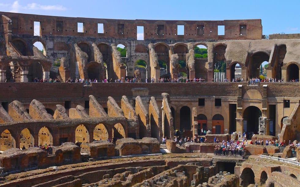 Kolosseum in Rom mit Blick in die Katakomben, Italien