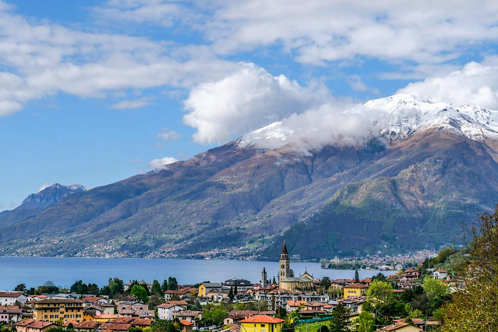 Comer See - grandiose Bergkulissen, bunte, fröhliche Orte und ein weiter tiefer See - Lombardei, Italien