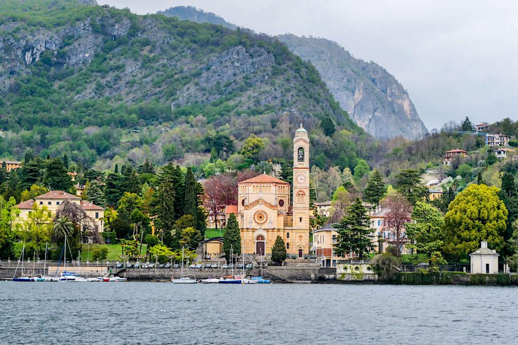 Comer See Sightseeing mit dem Schiff: so zeigt sich das Ufer des Lago di Como - Lombardei, Italien