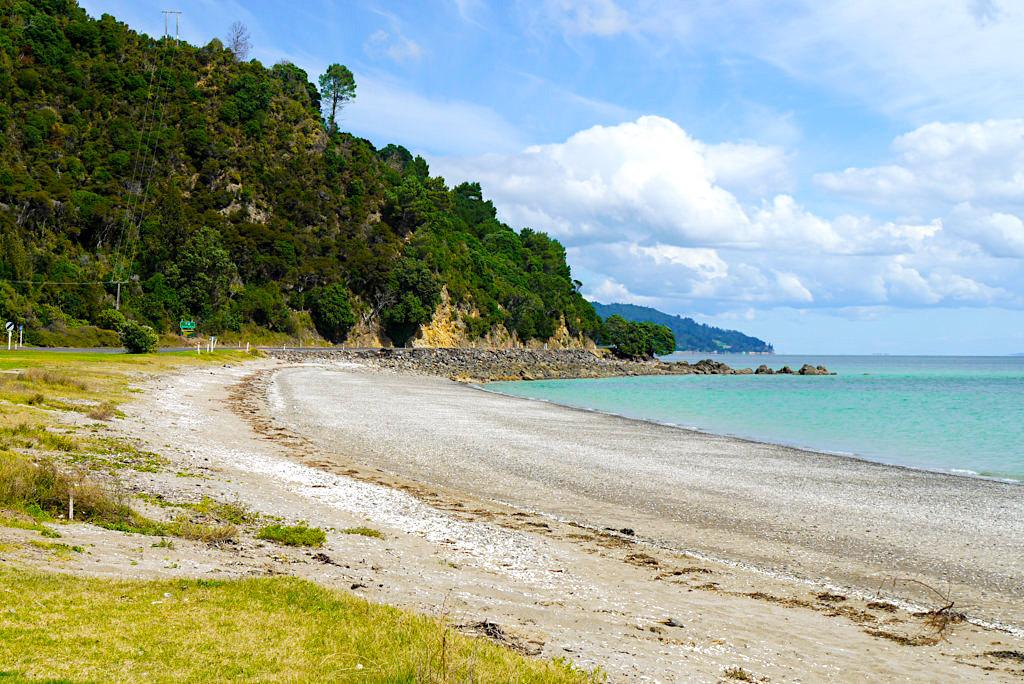 Coromandel Peninsula - Küstenstraße mit herrlichen Ausblicken an der Firth Thames Bucht - Nordinsel, Neuseeland
