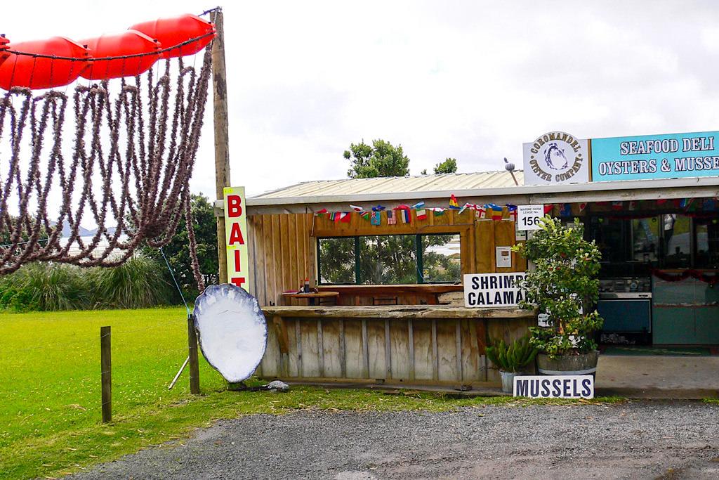 Coromandel Peninsula - Zahlreiche Oyster Shacks & Restaurant mit Muschelgerichten in der Bucht von Coromandel - Nordinsel, Neuseeland