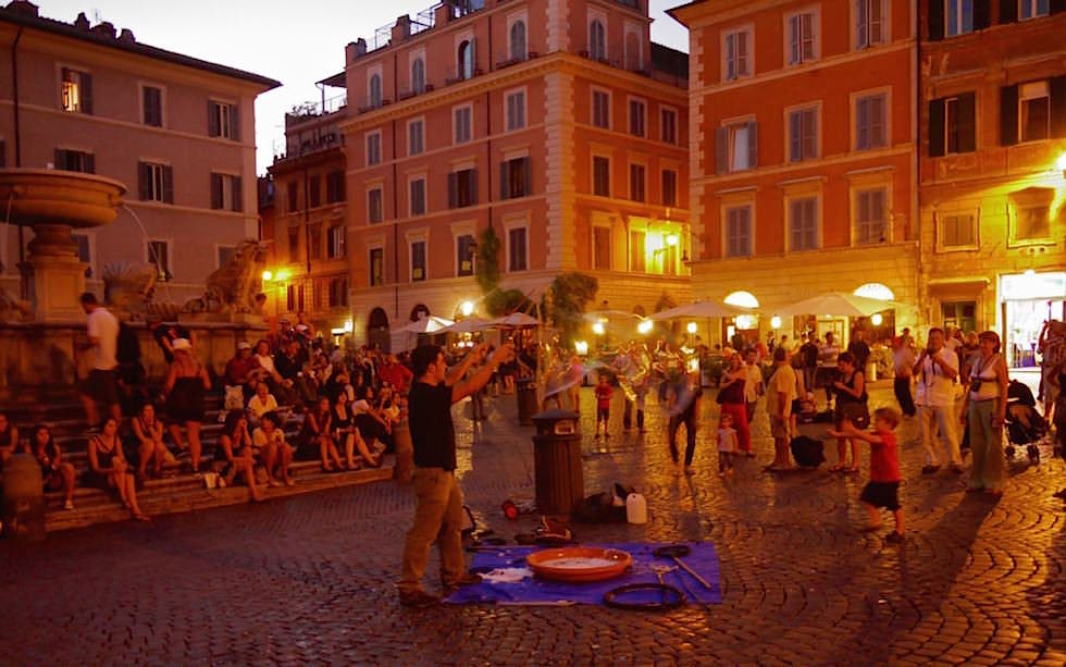 Entertainment-at-Santa-Maria-in-Trastevere-square-Rome
