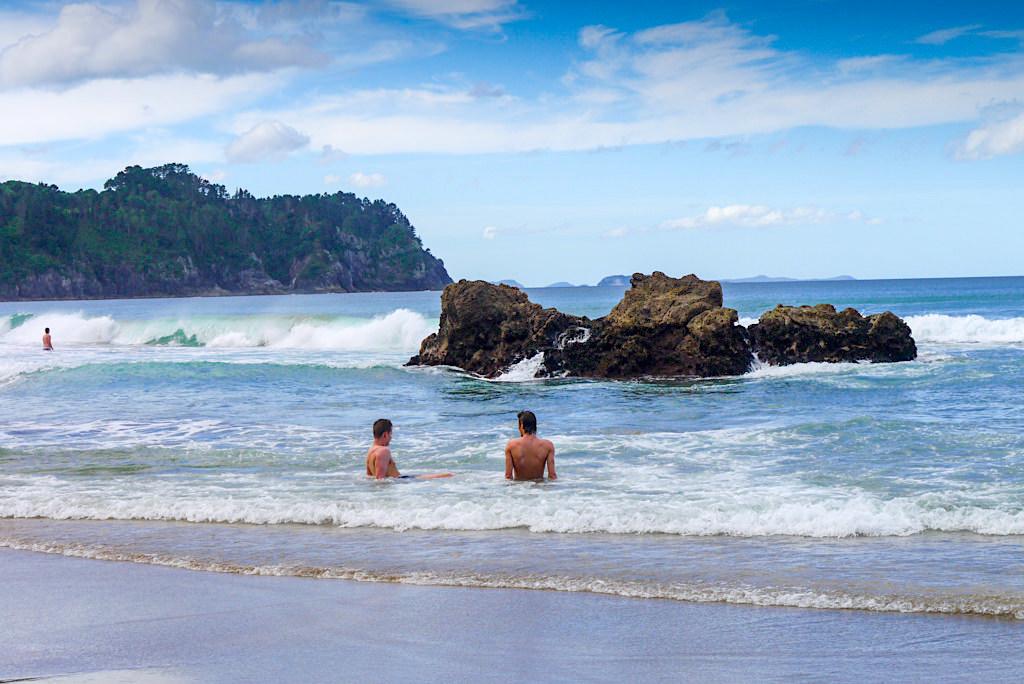 Hot Water Beach - Abkühlung im Meer, wenns im Sand Pool zu heiß wird - Coromandel Highlights - Nordinsel, Neuseeland
