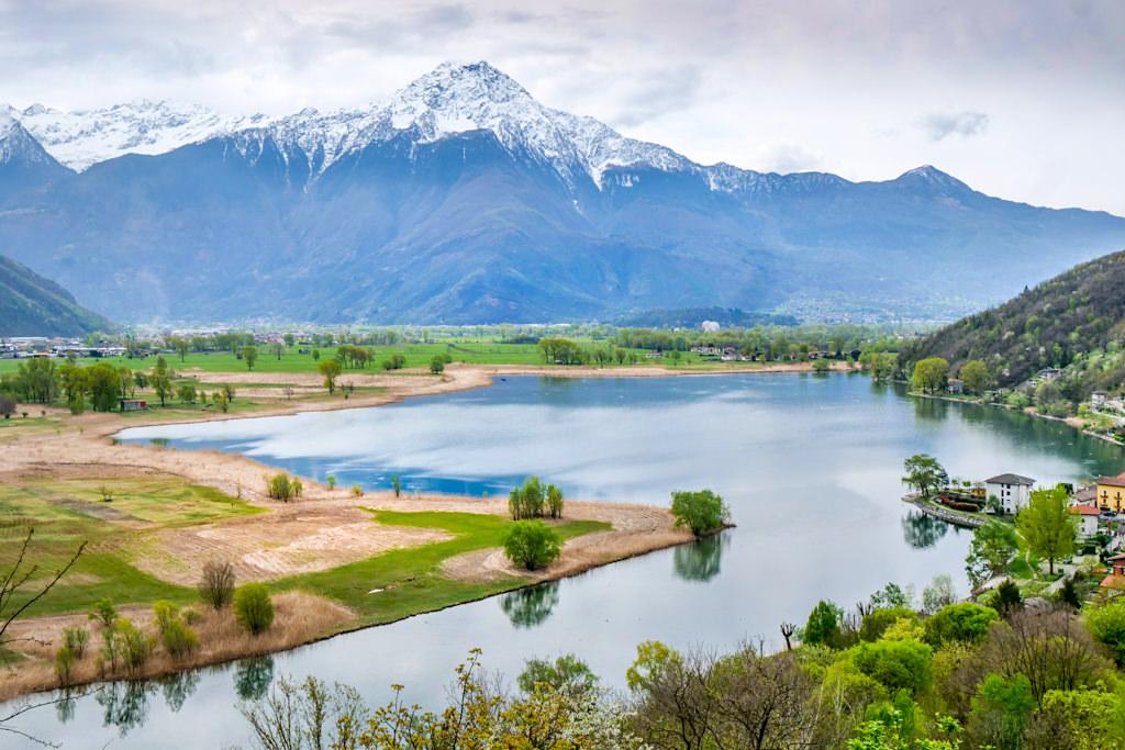 Idyllischer Lago di Mezzola mit Bergkulisse - Wunderschöne Wanderung am Nordende des Comer See - Lombardei, Italien
