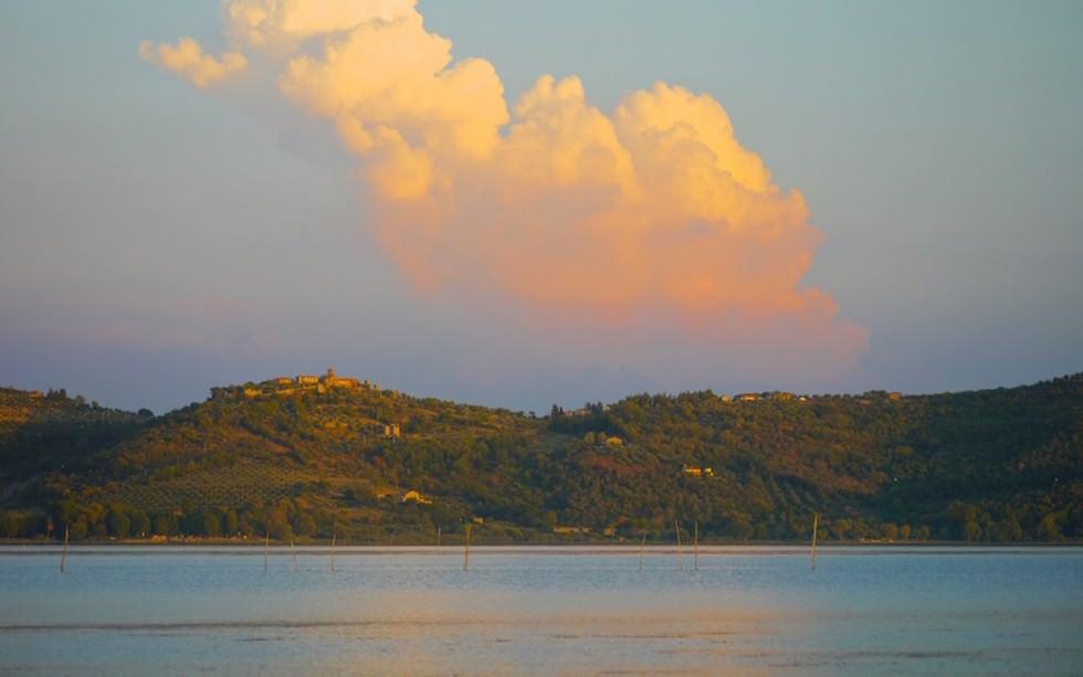 Blick über den Lago di Tresimano in Umbrien Italien