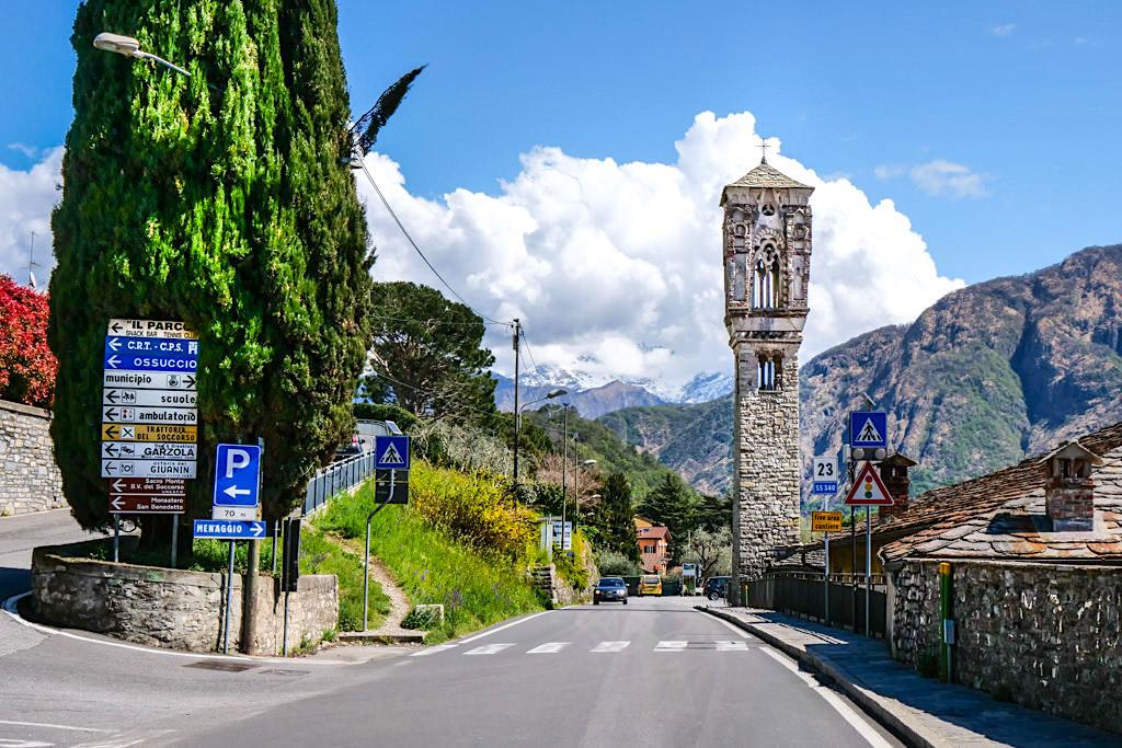 Ossuccio - Der Glockenturm der Kirche Santa Maria Maddalena ist zum Wahrzeichen von Tremezzino geworden - Comer See Sehenswürdigkeiten - Lombardei, Italien