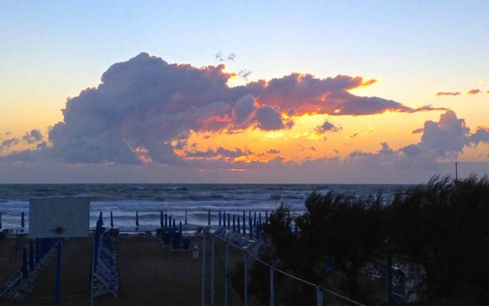 Sonnenuntergang an der Küste der Toskana in Italien