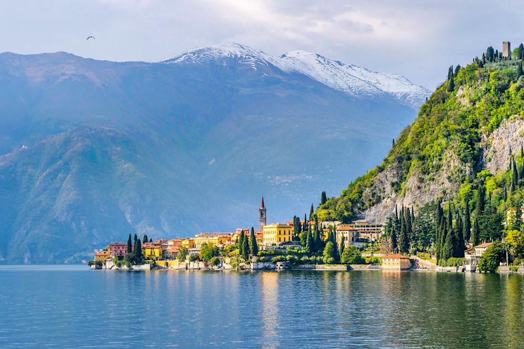 Grandios schöner Ausblick auf Varenna, Villa Cipressi & Villa Monastere - Comer See von seiner schönsten Seite - Lombardei, Italien