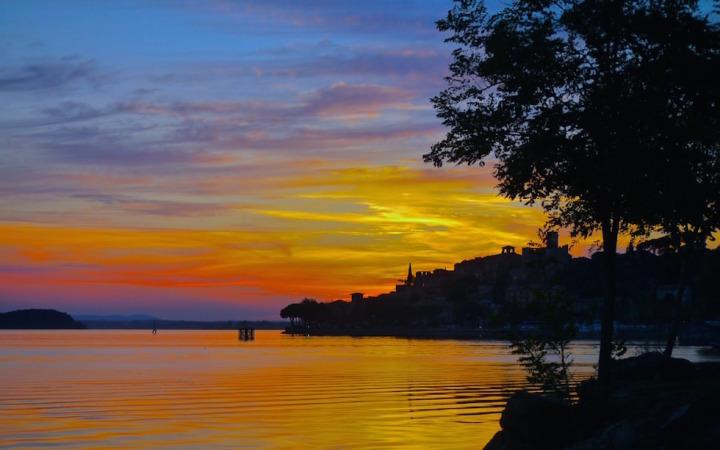 Blick auf den Lago Trasimeno in Umbrien Italien