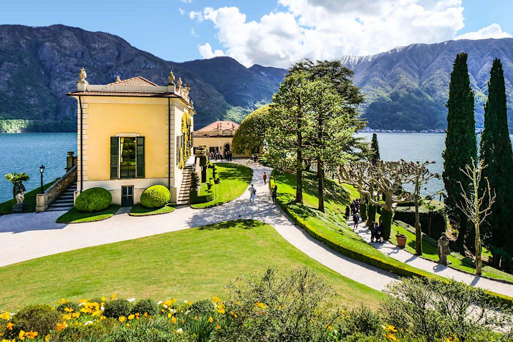 Villa Balbianello: eine der zwei Hauptebenen mit Prunkgebäude und Kirche - Lombardei, Italien