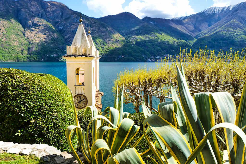 Villa Balbianello - Blick über den Kirchturm und Garten auf den Comer See und die Berge - Lombardei, Italien