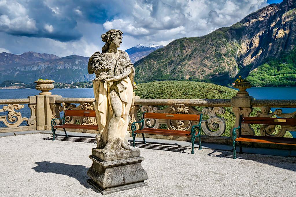 Villa Balbianello eines der eindruckvollsten Comer See Highlights - Terrasse mit Venus Statue und weitem Ausblick auf den Comer See - Lombardei, Italien