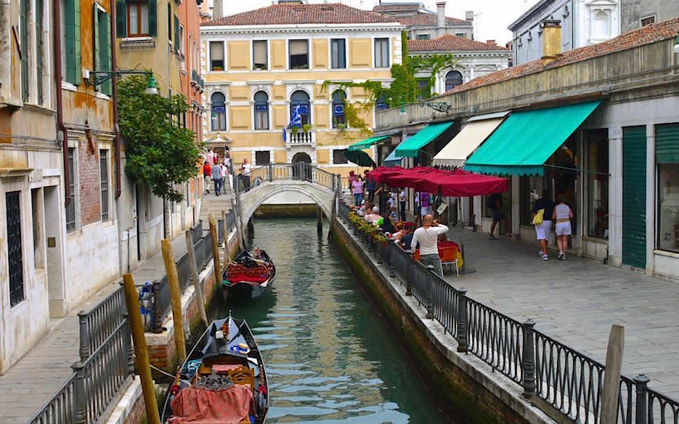 Bridges-and-canals-in-Venice-Italy