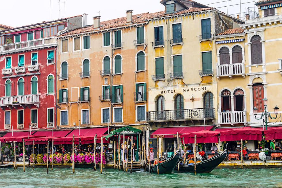 Venedig Sehenswürdigkeiten: Canal Grande mit seinen Prachtbauten, Häuser und Gondeln - Italien