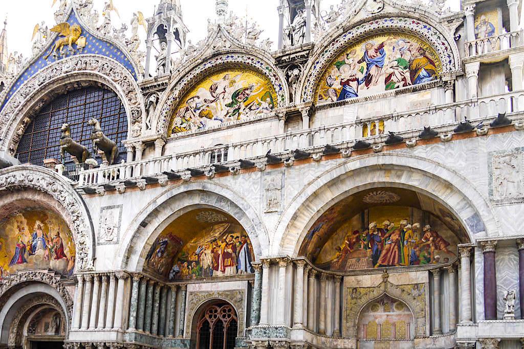 Markusdom Detailansicht - Wunderschöne Malereien an der Fassade der Markuskirche - Venedig Sehenswürdigkeiten - Italien