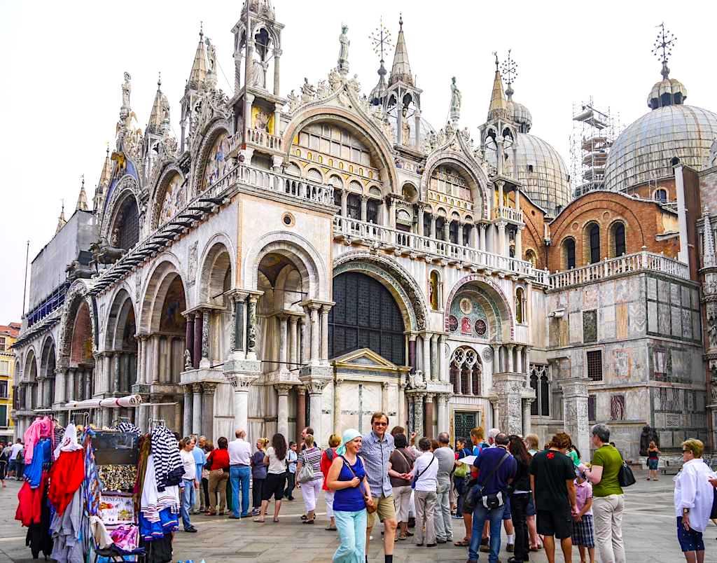 Der berühmte Markusdom oder Markuskirche ist eine der bekanntesten Venedig Sehenswürdigkeiten - Italien