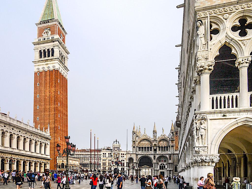 Der Markusplatz in Venedig gehört zu den bekanntesten Plätzen weltweit und ist eines der Top Venedig Sehenswürdigkeiten - Italien
