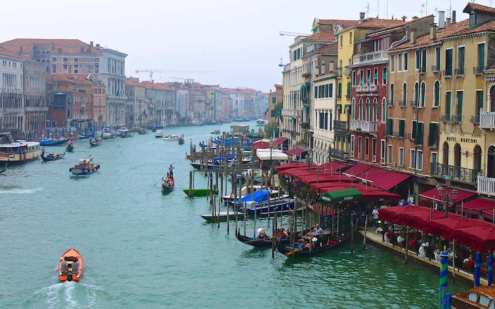 Canal Grande von der Rialto Brücke gesehen Venedig in Italien