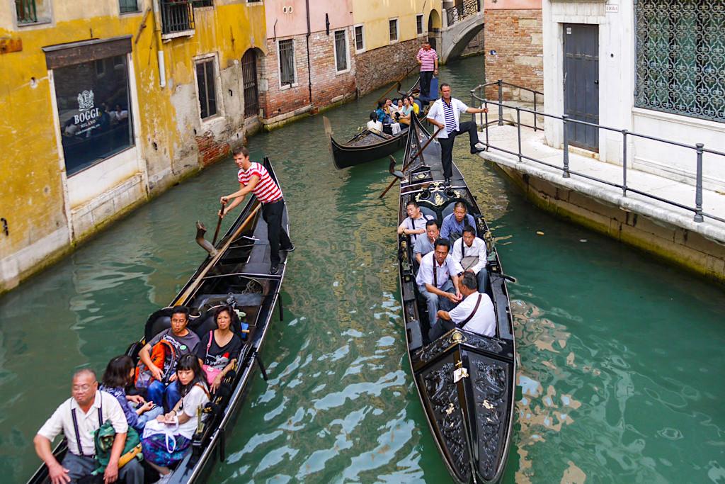 Romantiktipp und Venedig Sehenswürdigkeiten - Gondelfahrt in den Kanälen - Italien