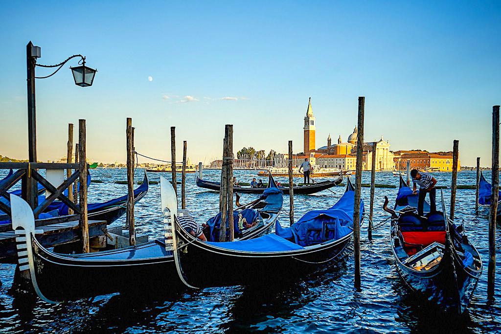 Venedig und seine Gondeln in der Abendstimmung als Inbegriff von Romantik - Italien