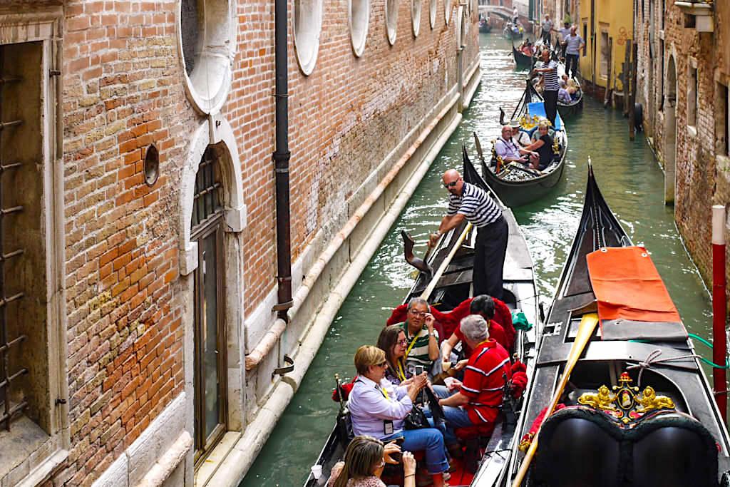 Venedig - Gondelverkehr zur Rush Hour & mit Touristen überfüllte Kanäle - Italien
