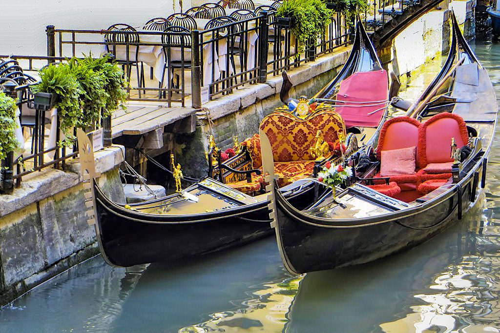 Venedig - Leere Gondeln warten auf ihre Kunden in der Stadt der Kanäle - Italien