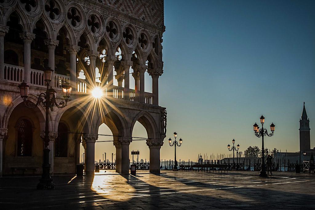 Venedig Sehenswürdigkeiten - Dogenpalast bei untergehender Sonne- Italien