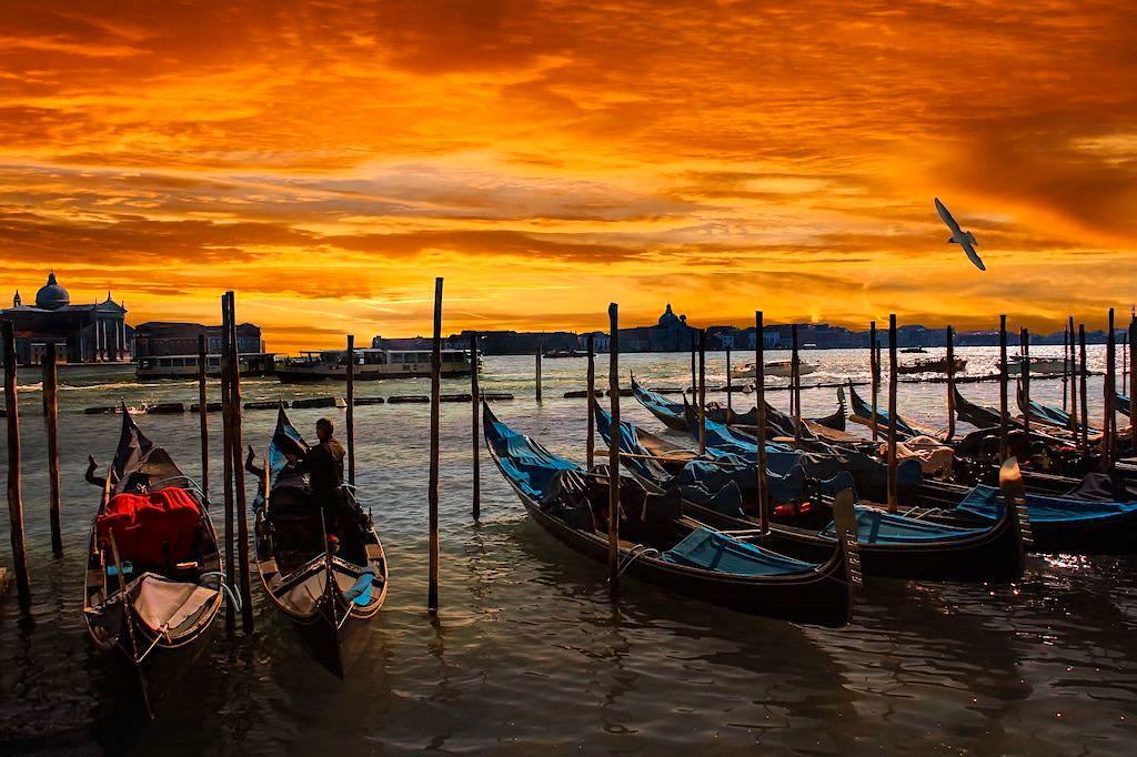 Venedig - Gondeln und feuriger Sonnenuntergang - Italien