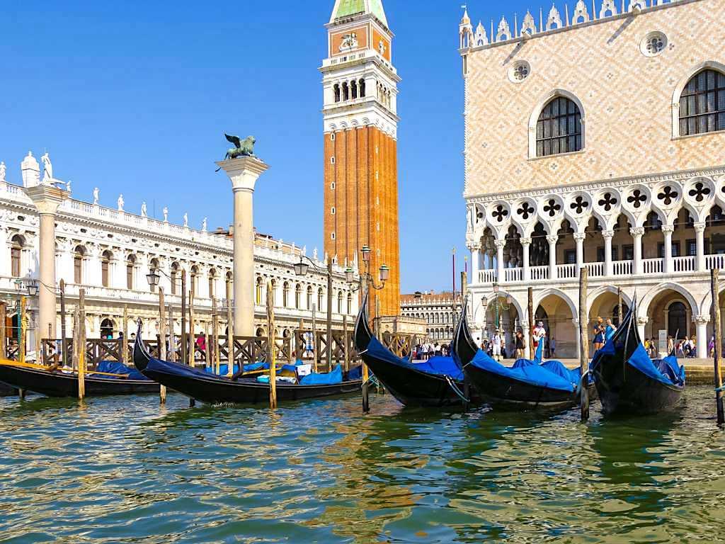 Venedig Sehenswürdigkeiten - Ausblick auf den Markusplatz & Gondeln von der Lagune aus - Italien