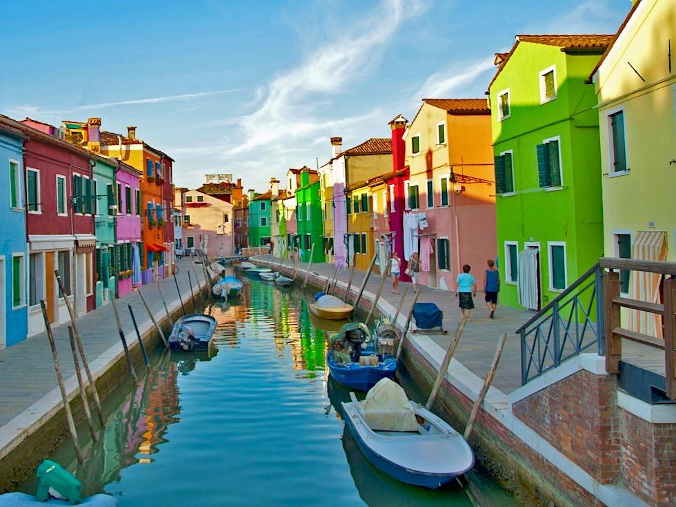 Insel Burano im Abendlicht - Bunte bonbonfarbene Fischerhäuser - Lagune von Venedig - Italien