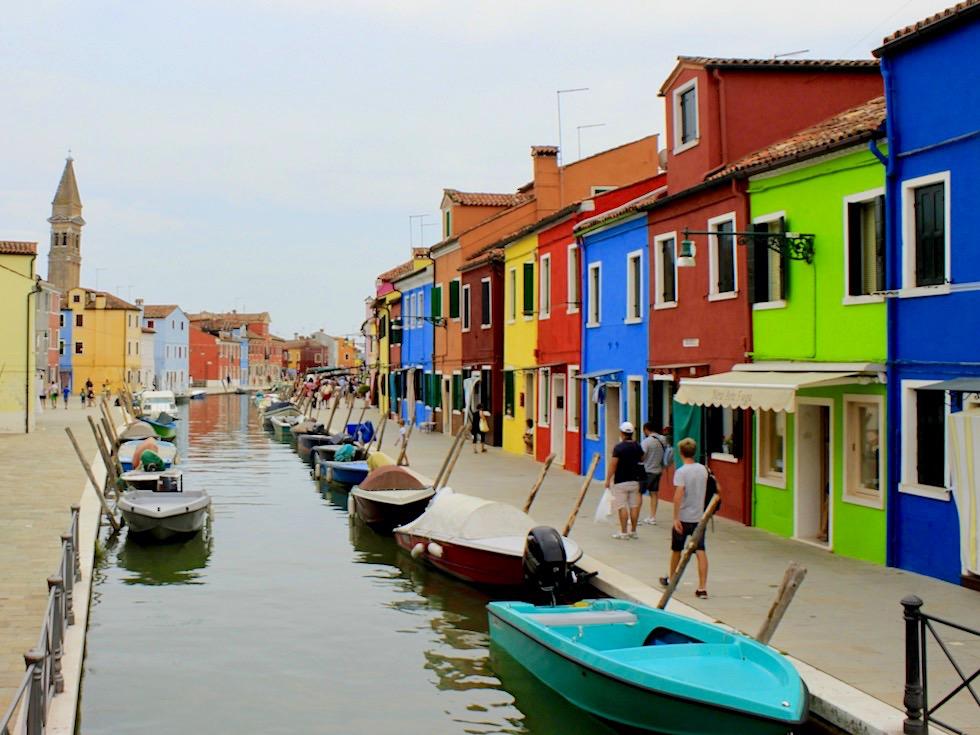 Farbenfrohes Burano - Ortszentrum & schiefer Campanile - Lagune von Venedig - Italien