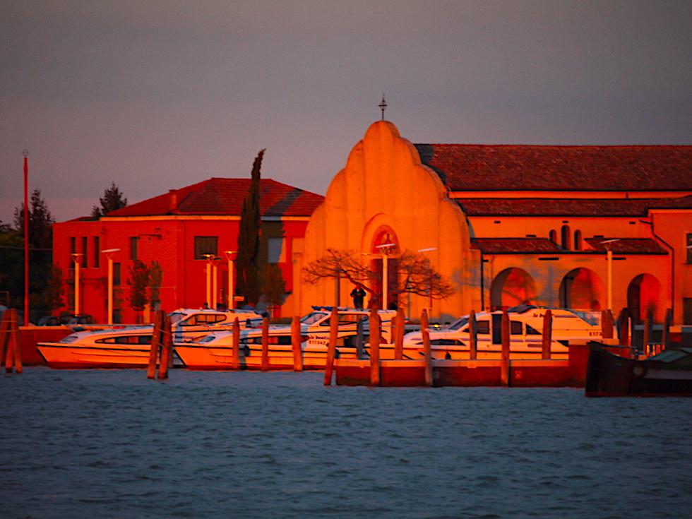 Lagune von Venedig - Feurig leuchtend roter Sonnenuntergang - Italien