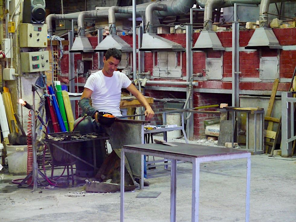 Murano- Glasbläsereien & Handwerk: oft stehen die Tore offen und erlauben ein Zusehen von der Straße - Lagune von Venedig - Italien