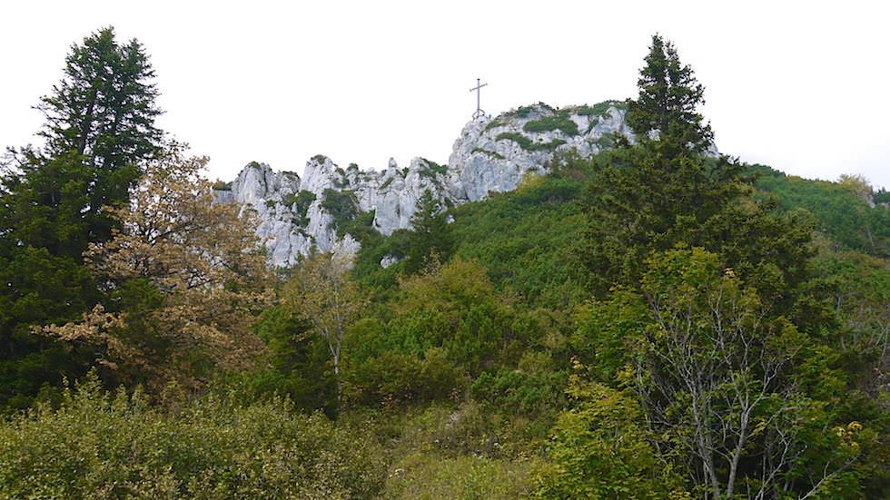 Blick auf Gipfelkreuz der Kampenwand