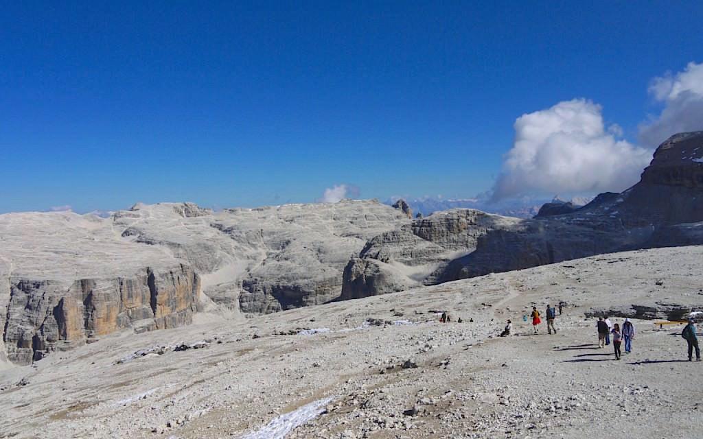 Plateau am Sass Pordoi auf dem Weg zum Piz Boè Gipfel in den Dolomiten - Südtirol Italien