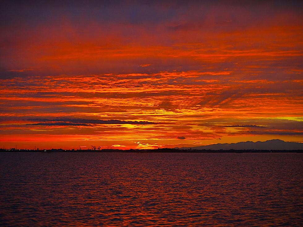 Feuriger Sonnenuntergang in der Lagune von Venedig - Italien