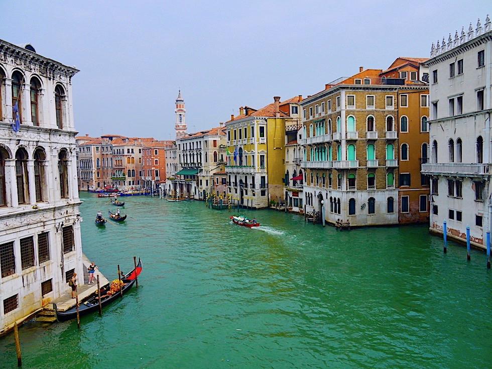 Lagunenstadt Venedig - Blick auf den Canal Grande gesehen von Rialto Brücke - Italien