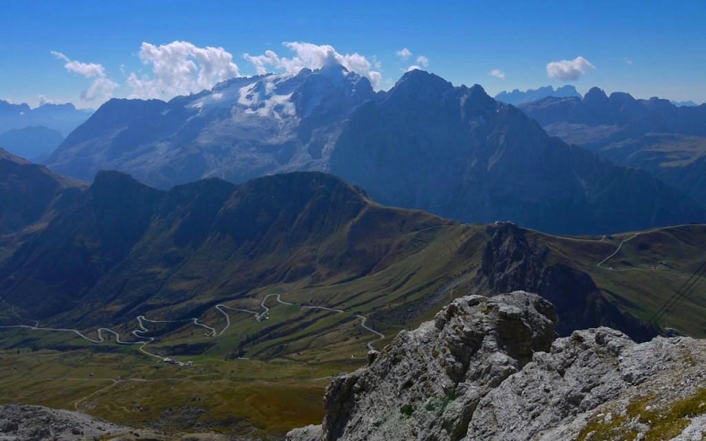 Piz Boè Wanderung: Ausblick vom Mount Sass Pordoi in den Dolomiten - Südtirol Italien