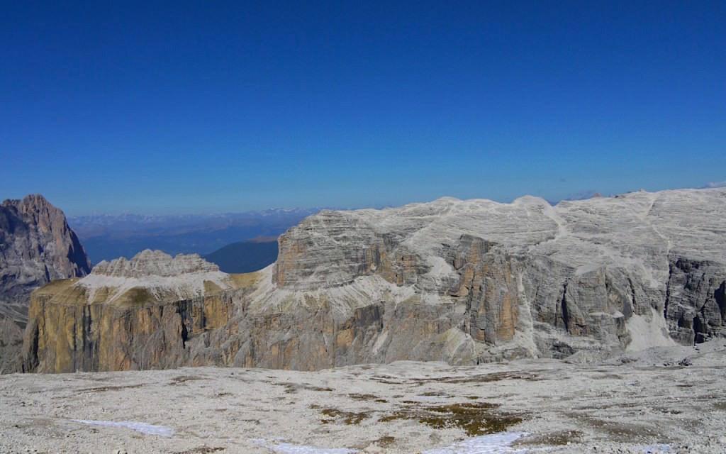 Piz Boè Wanderung: Felsplateau am Sass Pordoi - auf dem Weg zum Piz Boè in den Dolomiten - Südtirol Italien