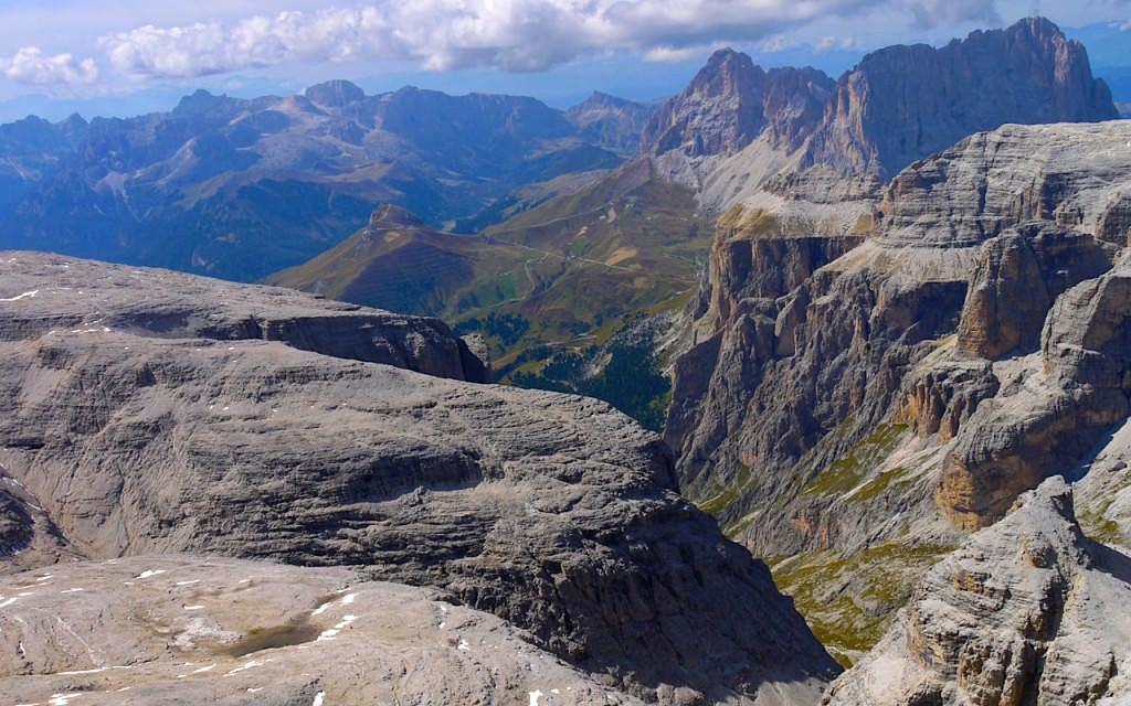 Panoramablick von Piz Boè - einem Gipfel der Sella Gruppe in den Dolomiten - Südtirol